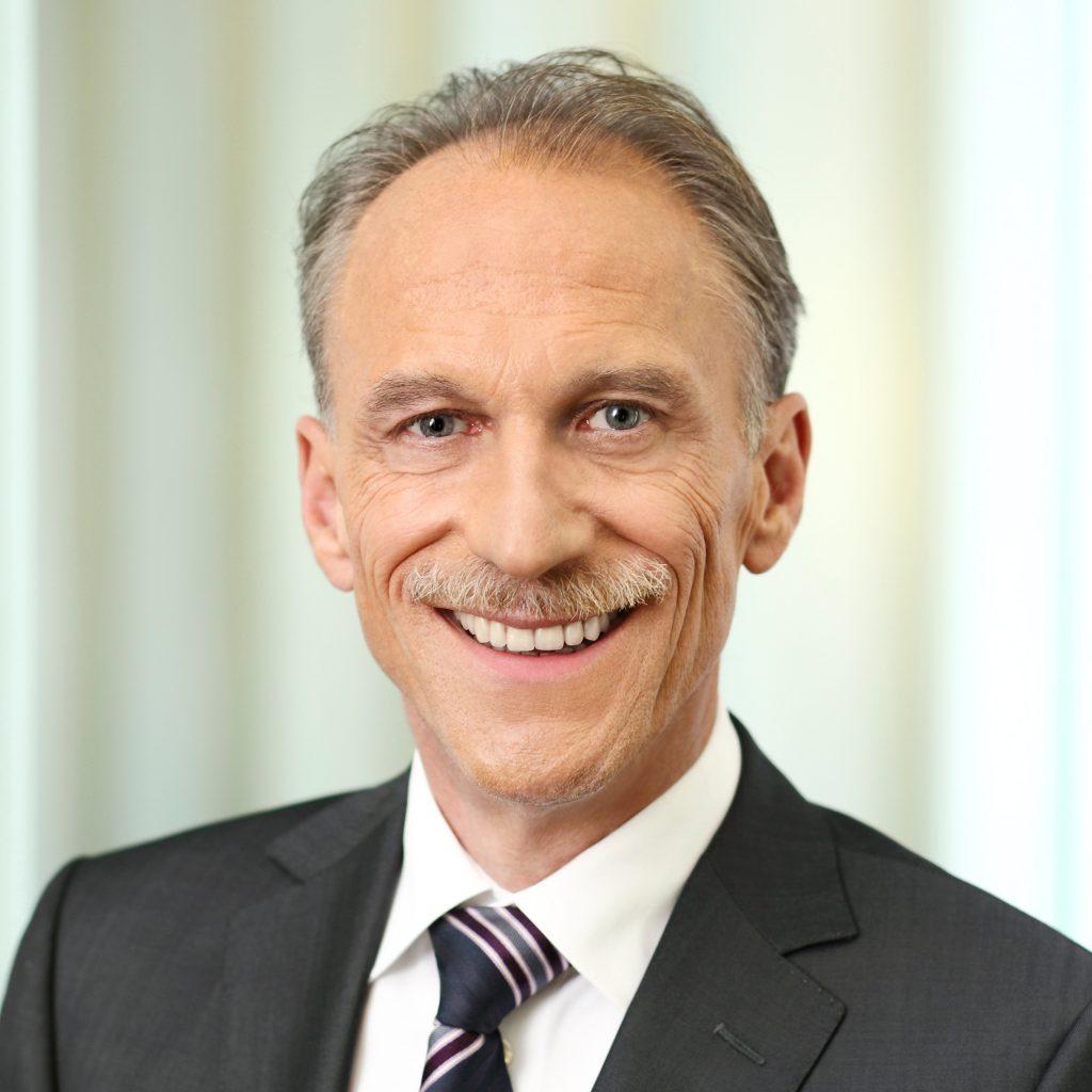 das Porträt oder Portrait ist eine authentisch Aufnahme der Person, Vorstandsfotografie in professioneller Location, Businessportrait von Stefan Obermeier Fotografie