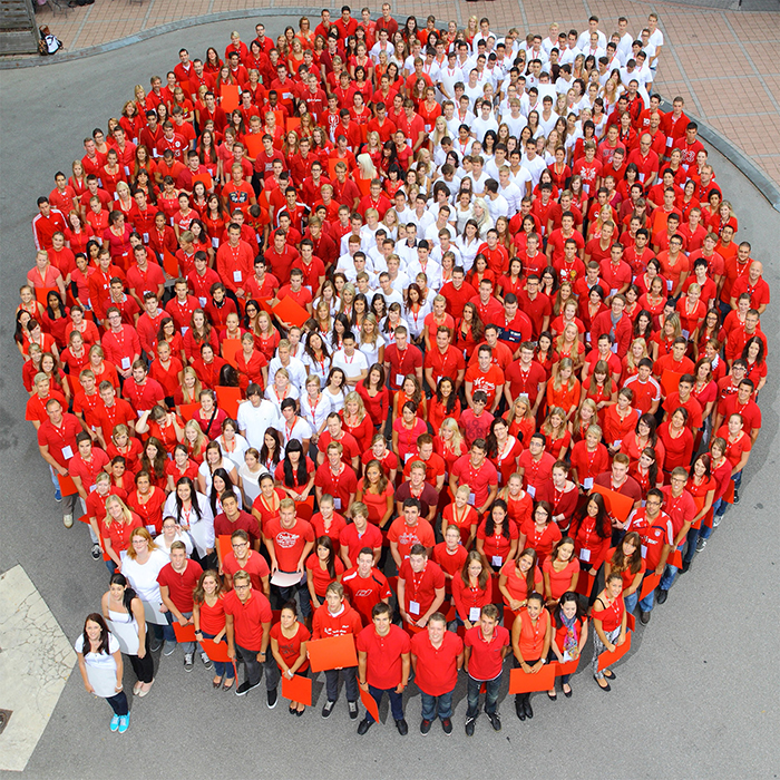 Gruppenaufnahme von Auszubildenden der HypoVereinsbank, das Gruppenfoto ist ein Mittel des Employer Branding des Unternehmens, Stefan Obermeier Fotografie hat dieses Businessfoto fotografiert