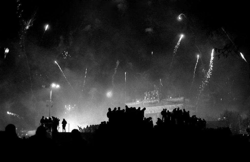 Stefan Obermeier Fotografie beim ersten Sylvester nach dem Mauerfall am Brandenburger Tor, hier ein historischer Moment auf dem Foto